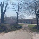 Комунальники допомагають наводити лад на території Гірської школи